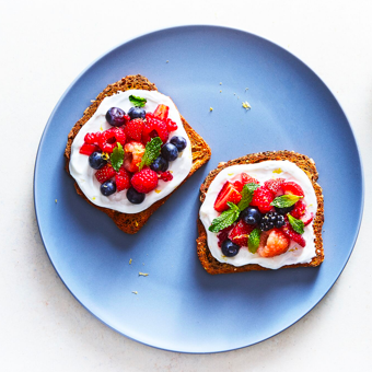 YOGURT AND BERRY TOAST